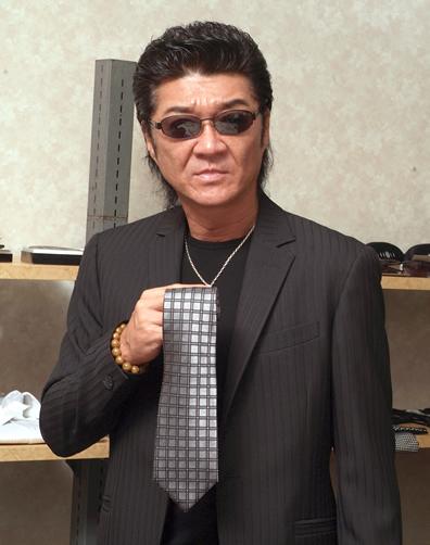 ネクタイを手に持った小沢仁志